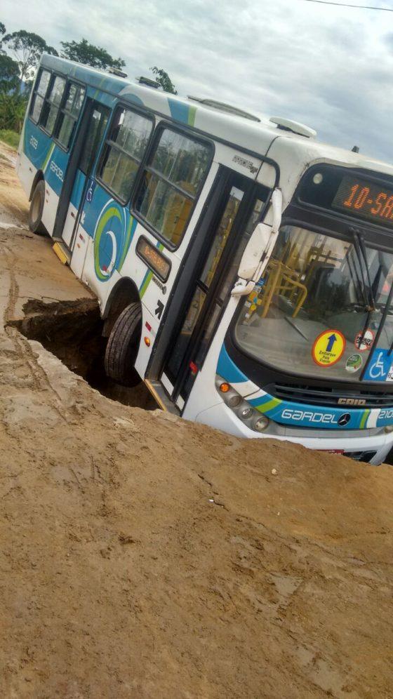 Ônibus na cratera