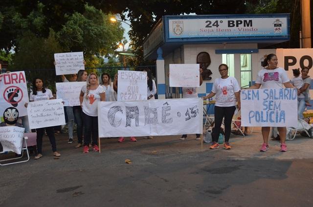 Manifestantes protestam na porta do 24º BPM mas policiamento segue normal na cidade