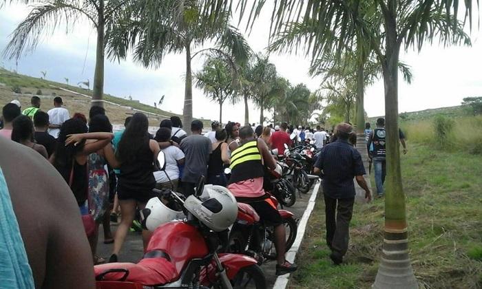Sepultamento de Leandrinho levou uma multidão ao cemitério da Jaqueira em Queimados