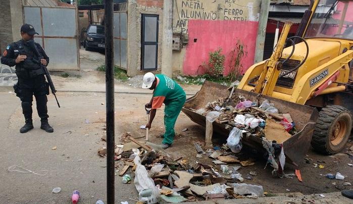 Policiais, com ajuda da Prefeitura, retiram barricadas levantadas pelo tráfico em comunidades de Queimados