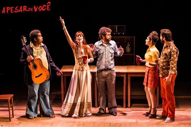 Leandro Santana comemora aniversário em grande estilo, nesta sexta, 10/03: no palco, com 'Apesar de Você'