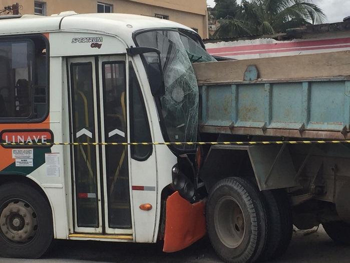 Motorista da Linave infarta e morre ao volante, ônibus desgoverna e bate em dois veículos