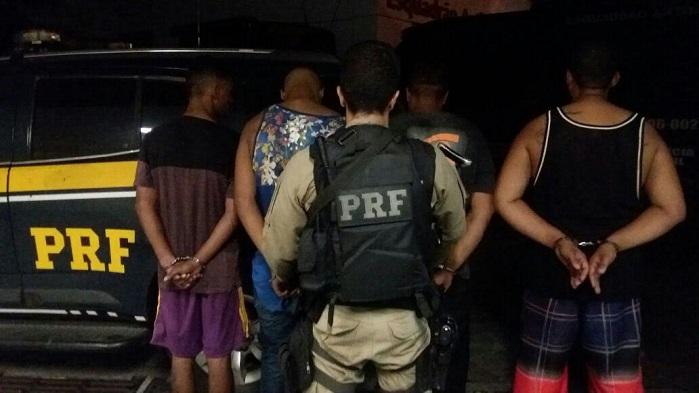 Quatro presos e carga de R$ 150 mil recuperada na Dutra, em Queimados, na madrugada desta quinta, 06/04