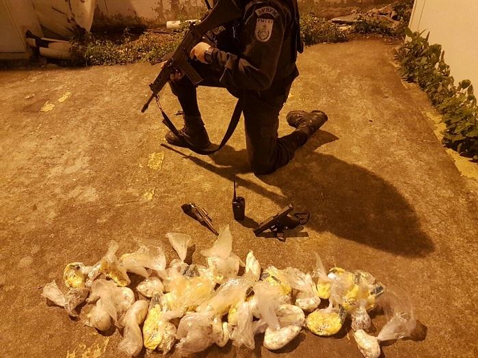 Um morto e um ferido no confronto de policiais com traficantes do Morro da Torre, em Queimados