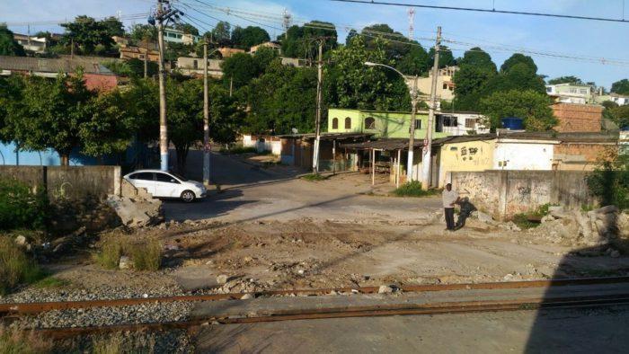 Muro da SuperVia em Engenheiro Pedreira é derrubado pela terceira vez para abrir passagem clandestina