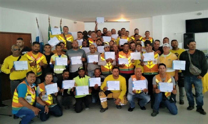 Mototaxistas recebem certificado de curso ministrado pelo Detran e estão aptos a obterem a 'placa vermelha'
