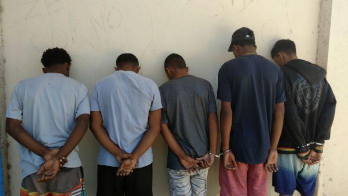 Policiais do Batalhão de Queimados apreendem fuzil e prendem cinco homens