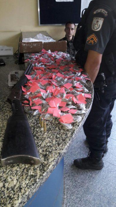 Homem é preso com drogas e espingarda em Japeri