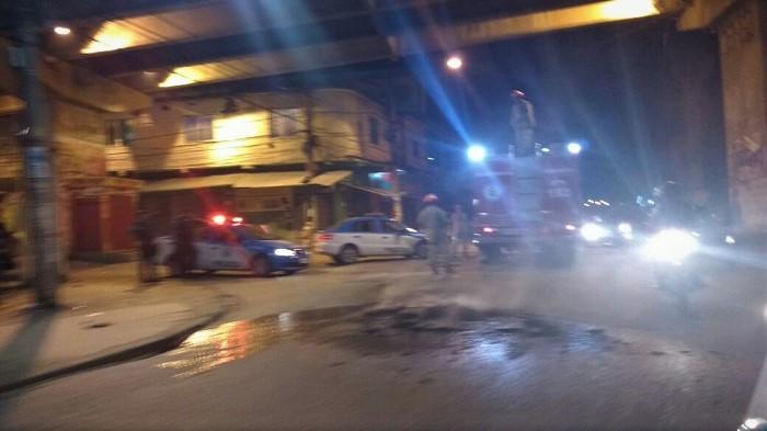 Mototaxistas revoltados com repressão da Secretaria de Transporte queimam pneus e interrompem por dez minutos o trânsito na Av. Irmãos Guinle, em Queimados