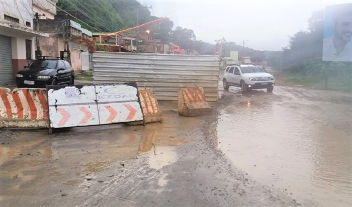 Cedae abandona obra e deixa Estrada Pastor Antonio Martins em estado precário