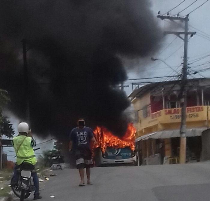 Polícia acredita que incêndio de ônibus da Gardel, no São Miguel, em Queimados, foi ato de represália e diz que situação na cidade está sob controle