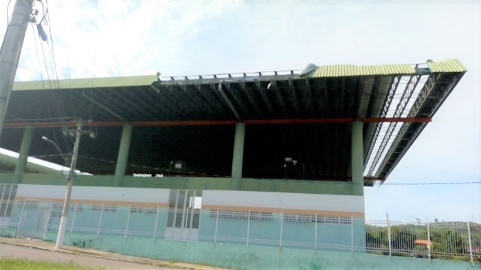 Morador do São Cristóvão lembra que Ginásio Municipal de Esportes está parcialmente destelhado há mais de um ano
