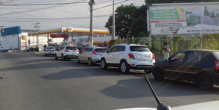 Greve dos caminhoneiros altera preço de combustíveis, lota postos e atrasa frotas de ônibus em Queimados.