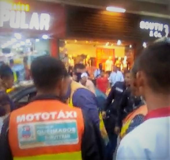 Confusão no centro de Queimados no fim da tarde desta sexta-feira: mototaxista agride com 'capacetadas' motorista de veículo que esbarrou em sua moto