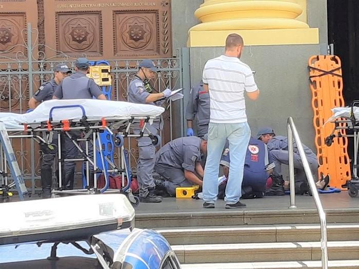 Homem invade igreja na hora da missa, mata quatro pessoas, fere outras quatro e se mata em frente ao altar