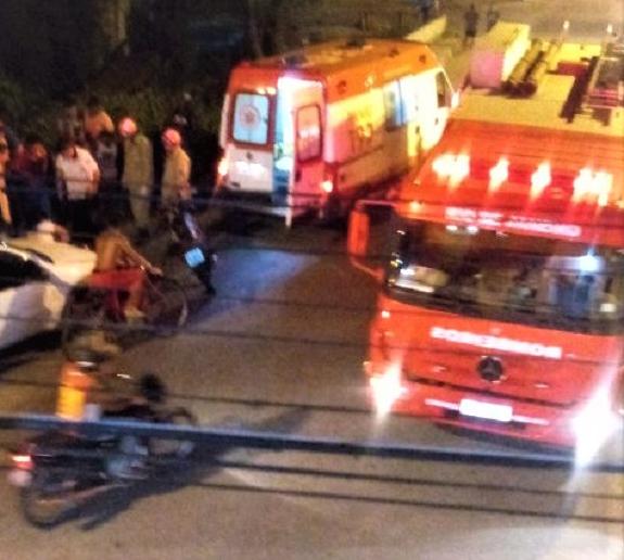 URGENTE: Acidente grave na noite da quinta, 27/12, no centro de Queimados, envolvendo uma moto e uma van que transportava passageiros
