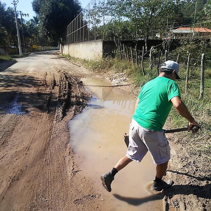 Cansados de esperar pela Prefeitura, moradores de Santo Expedito arregaçam as mangas pra recuperar estrada intransitável