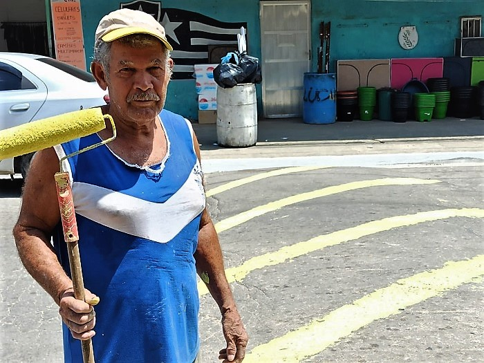 Com a colaboração de comerciantes, 'Coronel' supre negligência da Prefeitura, sinalizando quebra-molas da Estrada de Caramujos