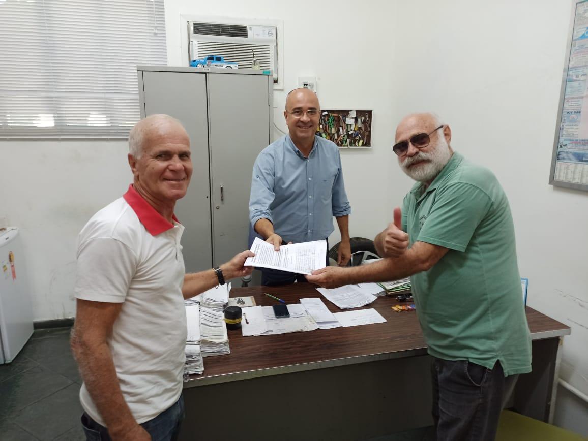 Moradores do São Cristóvão, em Queimados, entregam abaixo-assinado ao Secretário de Serviços Públicos que após quase um ano de inércia retomou o serviço de manutenção da rede de iluminação pública