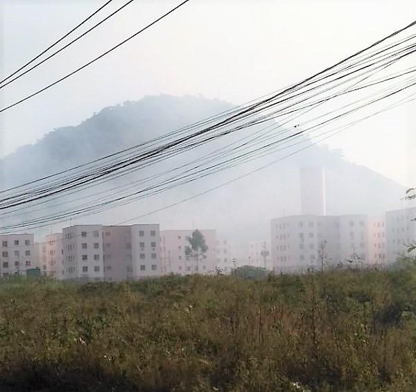 Fumaça de incêndio na mata do Santa Rosa invade predinhos do Eldorado: crianças foram parar na UPA intoxicadas