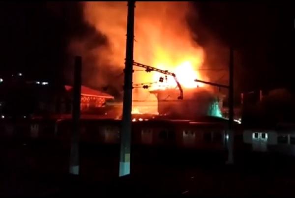 Incêndio na madrugada deste domingo na estação de Japeri. Trens estão circulando somente até Engenheiro Pedreira.