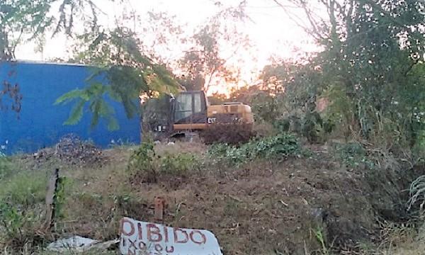 Moradores da Vila Pacaembu em Queimados barram máquina que derrubava árvores nas margens do Rio Abel